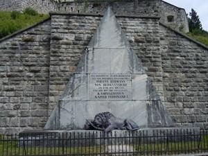 Spomenik pod trdnjavo z napisom: V spomin na junaško smrt cesarsko-kraljevskega inženirskega stotnika Johanna Hermanna von Hermannsdorfa in padlim tovarišem dne 17. maja 1809. Cesar Ferdinand I